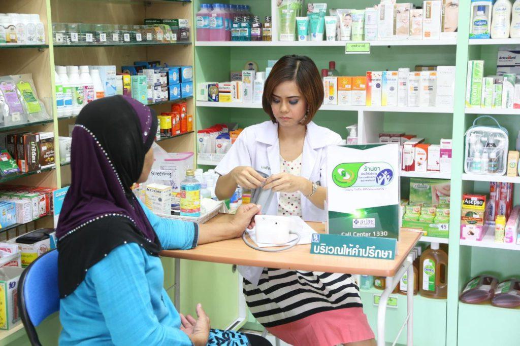 เภสัชกรร้านยา-คอยจ่ายยาให้กับลูกค้า