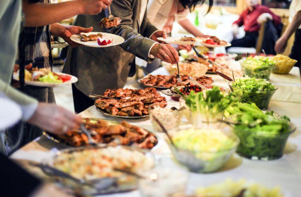การพูดที่ดี-เจ้าภาพต้องการให้แขกแบ่งอาหาร