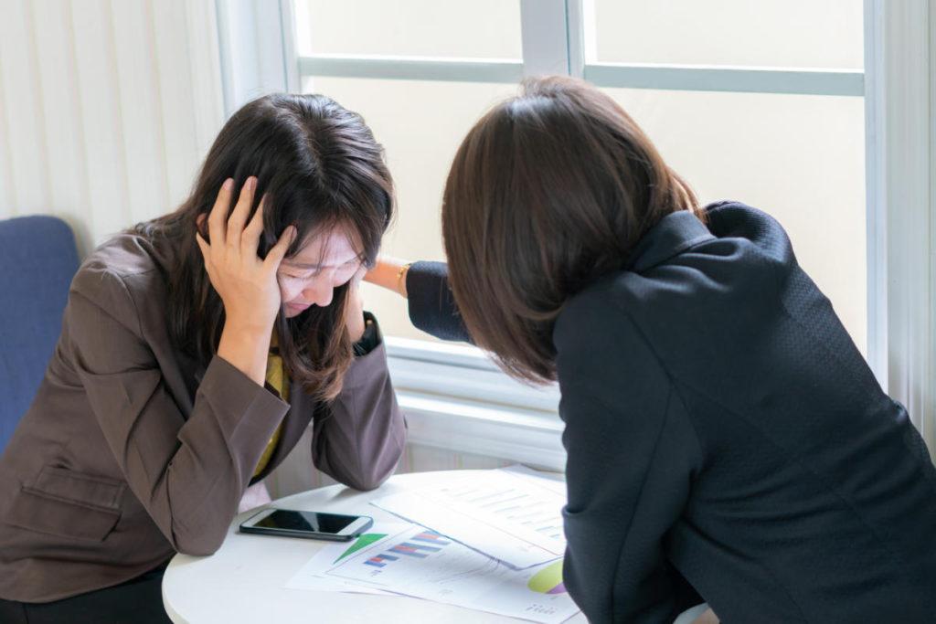 พูดคุยกับเพื่อนร่วมงานอยู่เสมอ ปัญหาเรื่องความรักในเวลาทำงาน