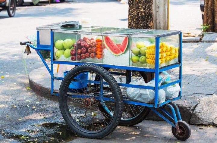 อาชีพขายผลไม้รถเข็น